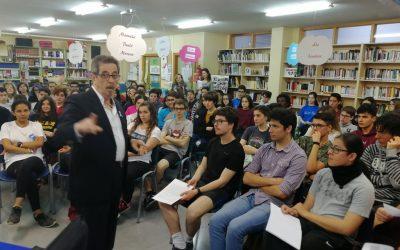 Encuentro de los alumnos del IES Juan Carlos I con el escritor Francisco Díaz Valladares