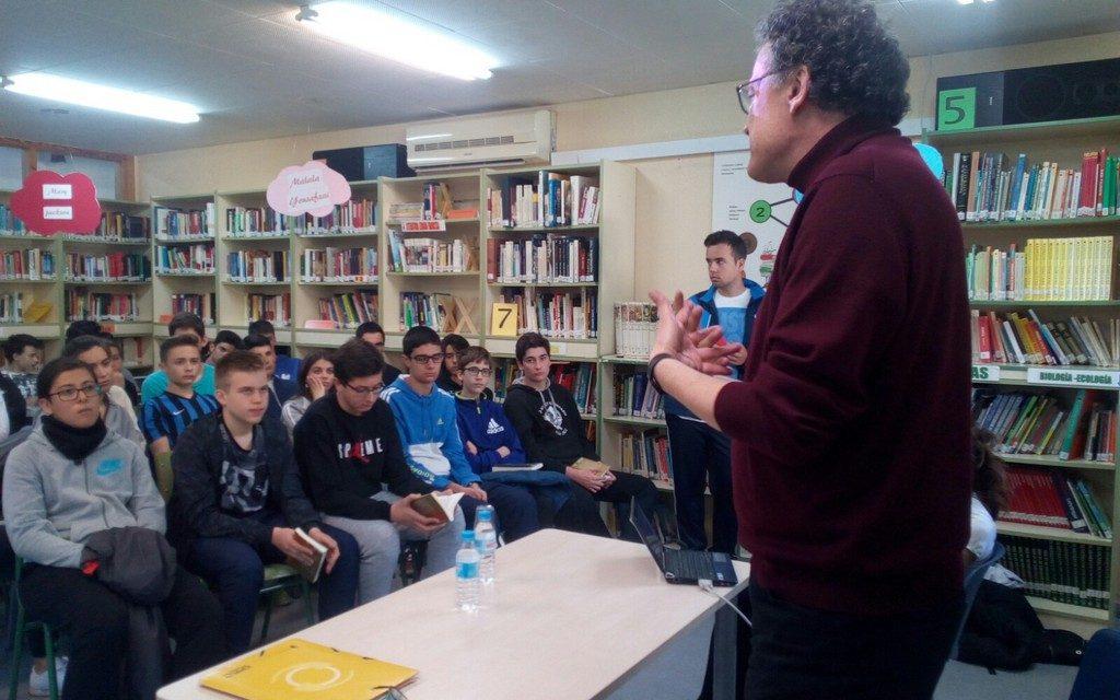 Encuentro de los alumnos del IES Juan Carlos I con el escritor murciano Luis Leante